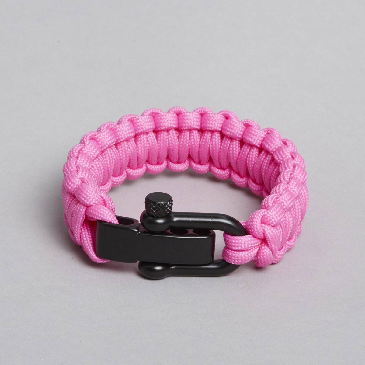 Pink armbånd med sort lås.