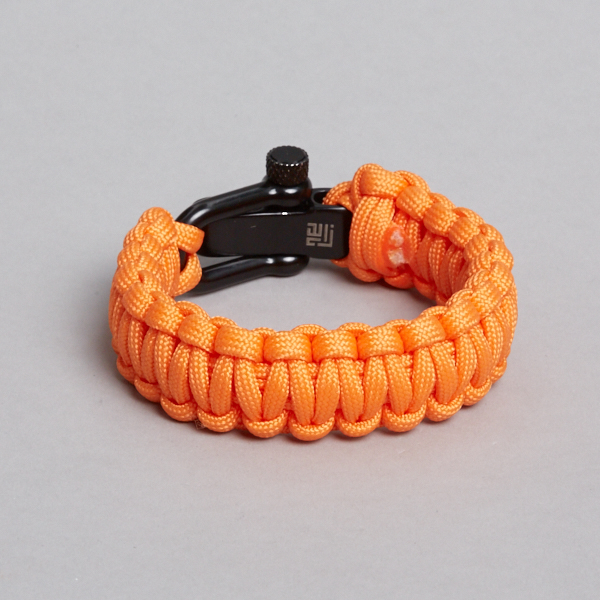 orange sort paracord armbånd, bagfra.